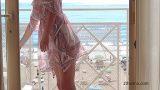Fensterblitzzeit; Die Frau des Exhibitionisten wurde erwischt, als sie ihren nackten Körper in der Fensterzeit zeigte. Amateur