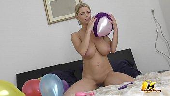 Luftballons und Höschenfetisch von Katerina Hartlova und auch ein wenig Melken