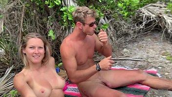 Ficken am Strand mit Riemen ausgezeichnet;